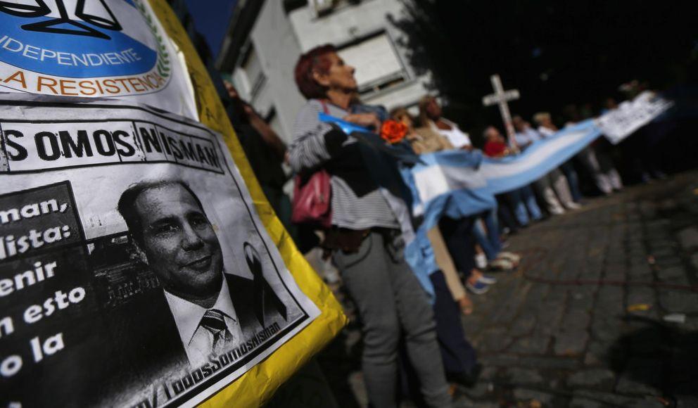 Foto: Una imagen del fiscal Alberto Nisman entre una multitud que espera el paso del coche fúnebre con sus restos en Buenos Aires, el pasado 29 de enero. (Reuters)