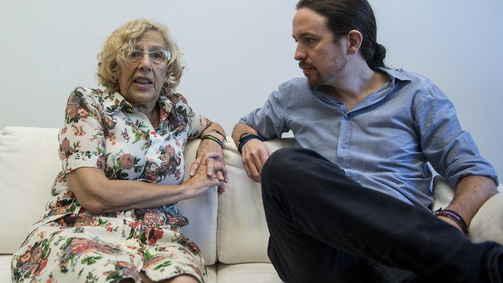 Foto: La alcaldesa de Madrid, Manuela Carmena, junto al líder de Podemos, Pablo Iglesias, en una imagen de archivo. (Reuters)