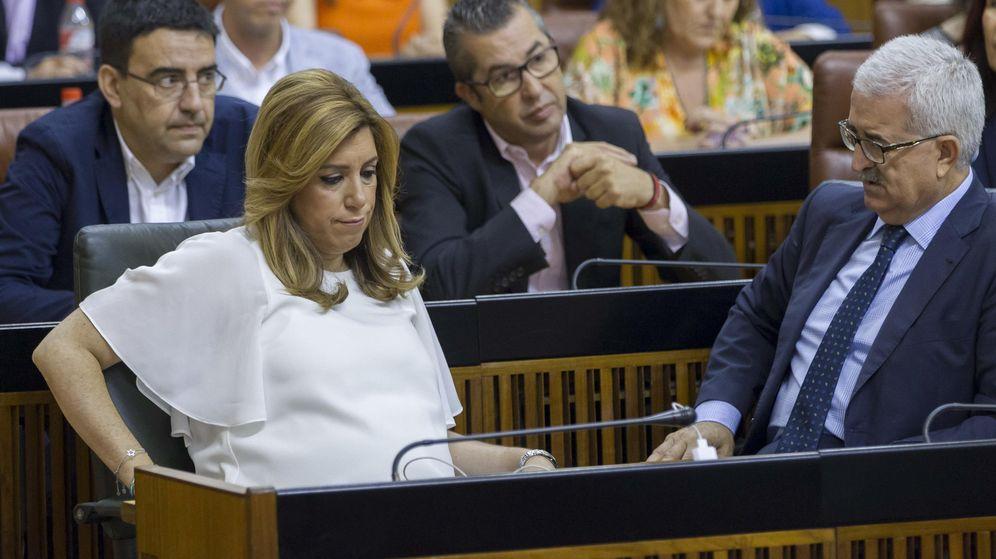 Foto: La presidenta de la Junta de Andalucía en funciones, Susana Díaz, junto a los diputados de su grupo. (Efe)