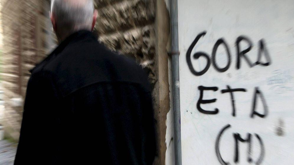 Foto: Un hombre pasa junto a una pintada de apoyo a la banda terrorista ETA en San Sebastián. (Efe)
