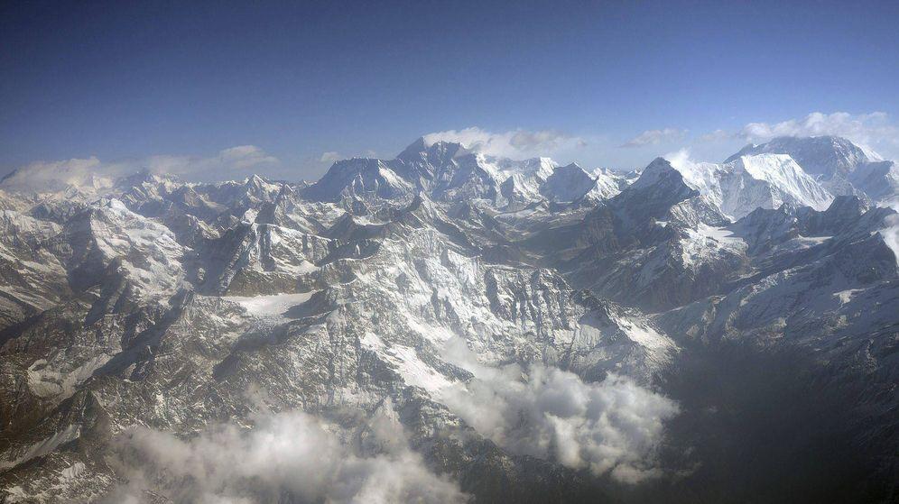 Foto: Imagen del Everest (c) y de otras montañas del Himalaya. (EFE)