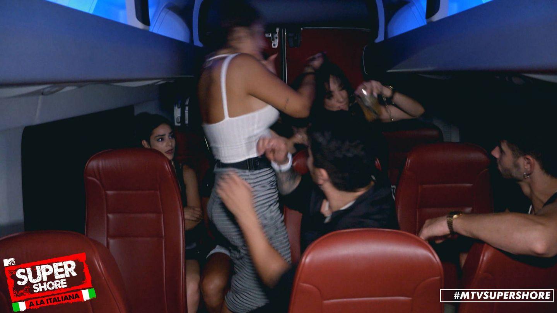 Elettra y Danik en el autobús. (MTV España)