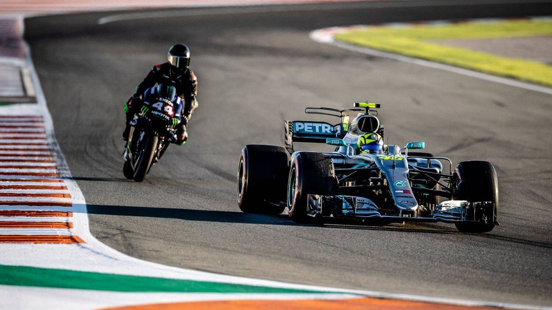 Rossi, con el Mercedes y Hamilton, con la MotoGP, en un instante en Cheste. (@YamahaMotoGP)