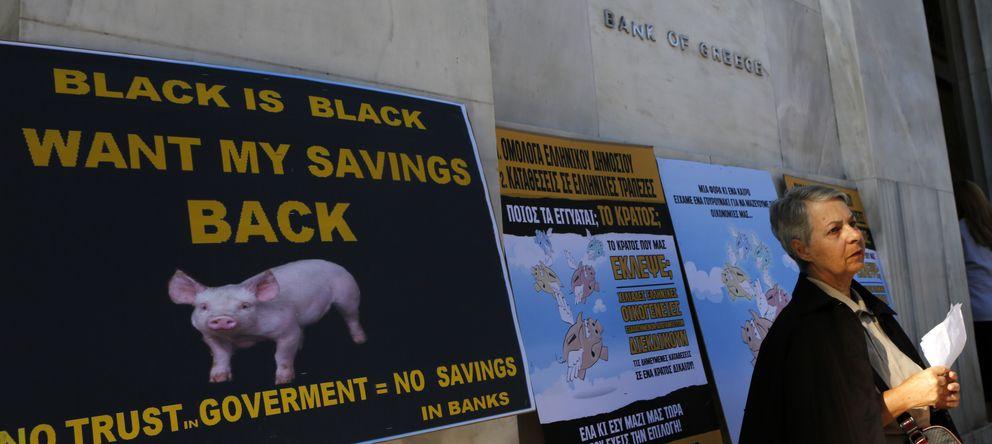 Foto: Una bonista participa en una protesta para exigir la devolución de sus ahorros ante el Banco Central de Grecia, en Atenas. (Reuters)