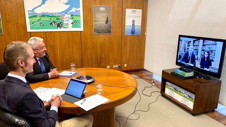 Videoconferencia de los responsables de Central Lechera Asturiana con los Reyes de España