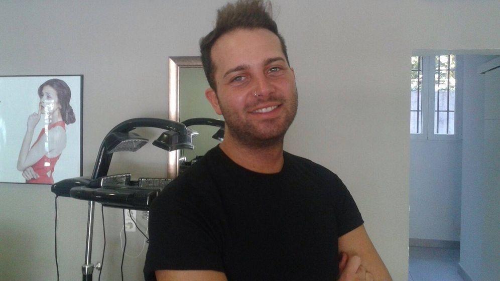 Foto: Juan, en su peluquería. (D. B.)