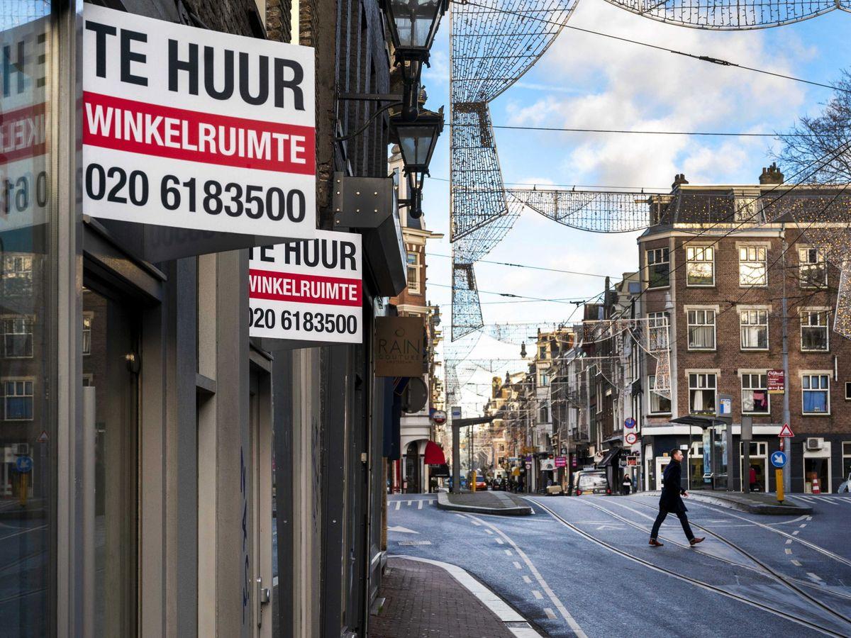 Foto: Carteles anuncian locales para alquilar en Ámsterdam. (EFE)