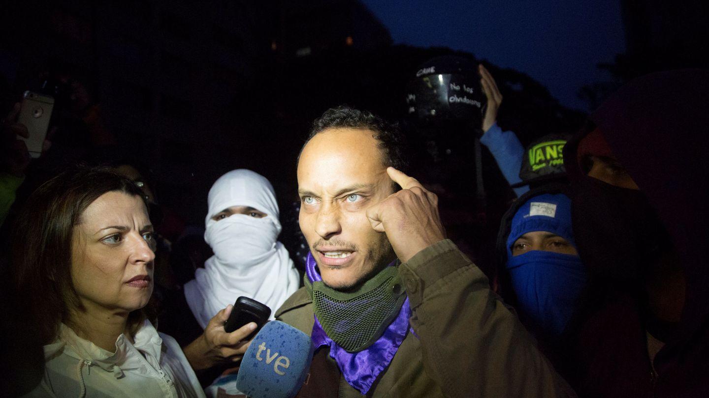 Óscar Pérez habla a la prensa durante un homenaje a los manifestantes caídos en las protestas contra Maduro, en Caracas, el 13 de julio de 2017. (Reuters)