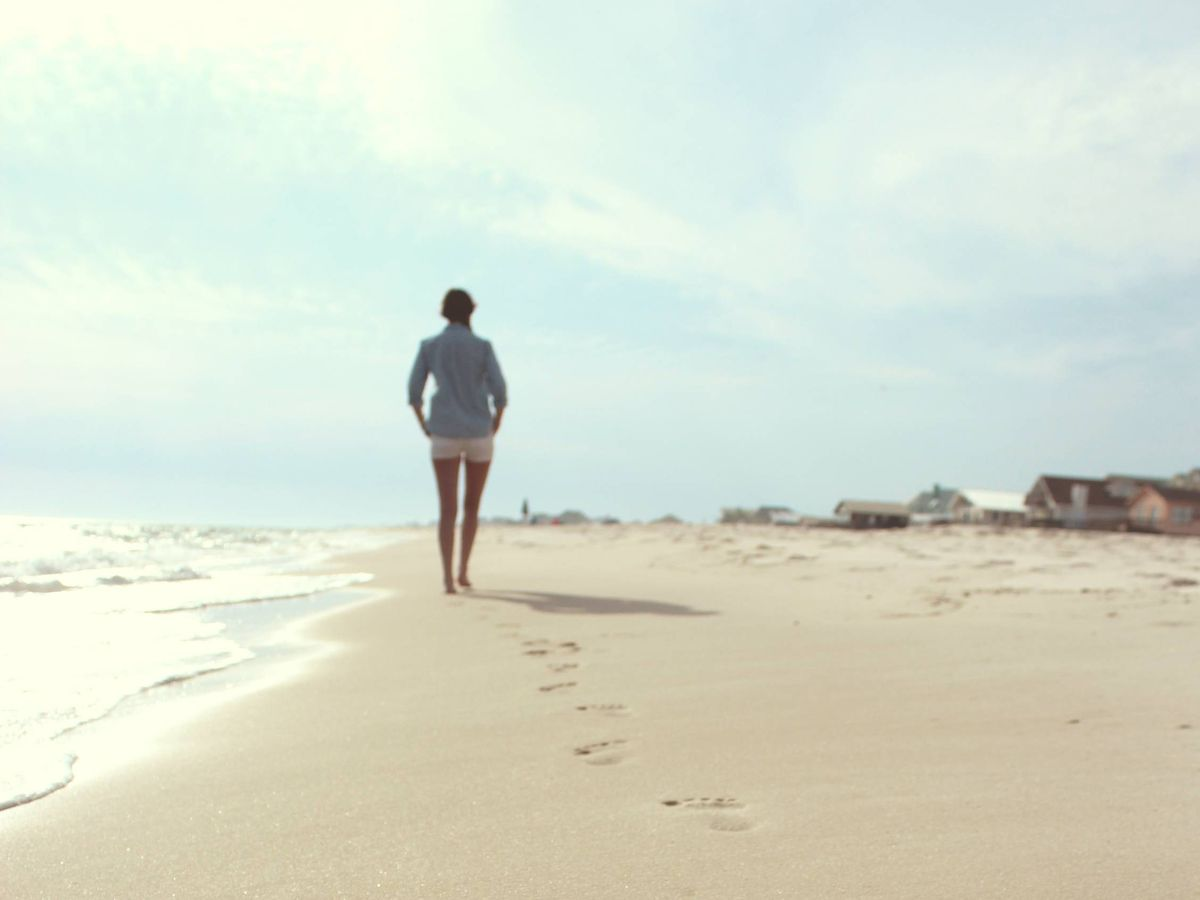 Foto: Caminar por la playa quema calorías. (Zack Minor para Unsplash)
