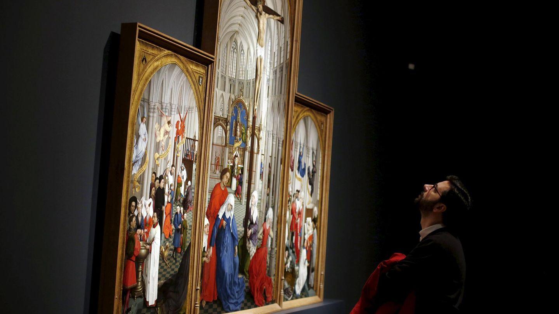 Un hombre observa el 'Tríptico de los 7 sacramentos'. (REUTERS)