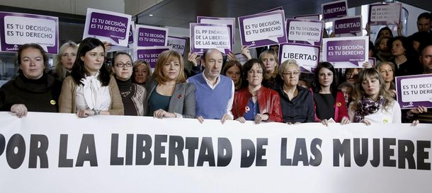 Foto: El secretario general del PSOE, Alfredo Pérez Rubalcaba (5i), junto a la vicesecretaria general del partido, Elena Valenciano (4i) (EFE)
