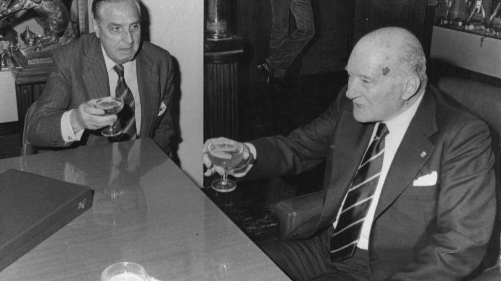 Foto: Luis de Carlos y Josep Tarradellas en la antigua Sala de Trofeos del Madrid (FOTO: Macario Muñoz)