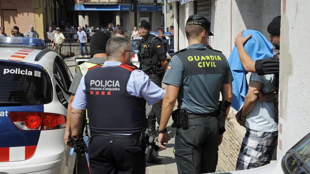 Foto: Mossos y Guardia Civil durante la investigación posterior a los atentados del pasado 17 de agosto. (EFE)