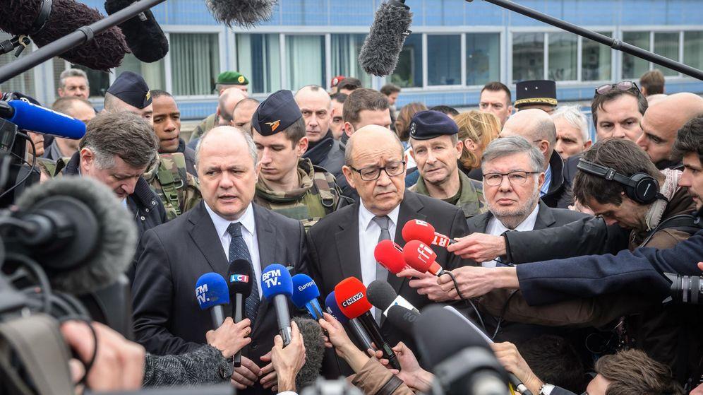 Foto: El ministro de Interior francés, Bruno Le Roux (izq.), junto a su homólogo de Defensa, Jean-Yves Le Drian (dcha.). (EFE)