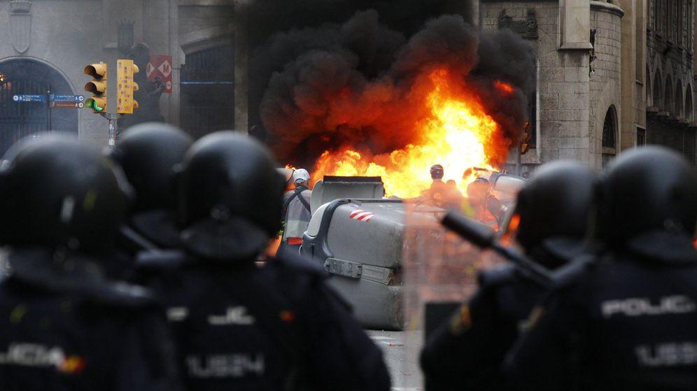 Foto: Policías antidisturbios, durante los altercados en Barcelona por la condena de los líderes del 'procés'. (EFE)