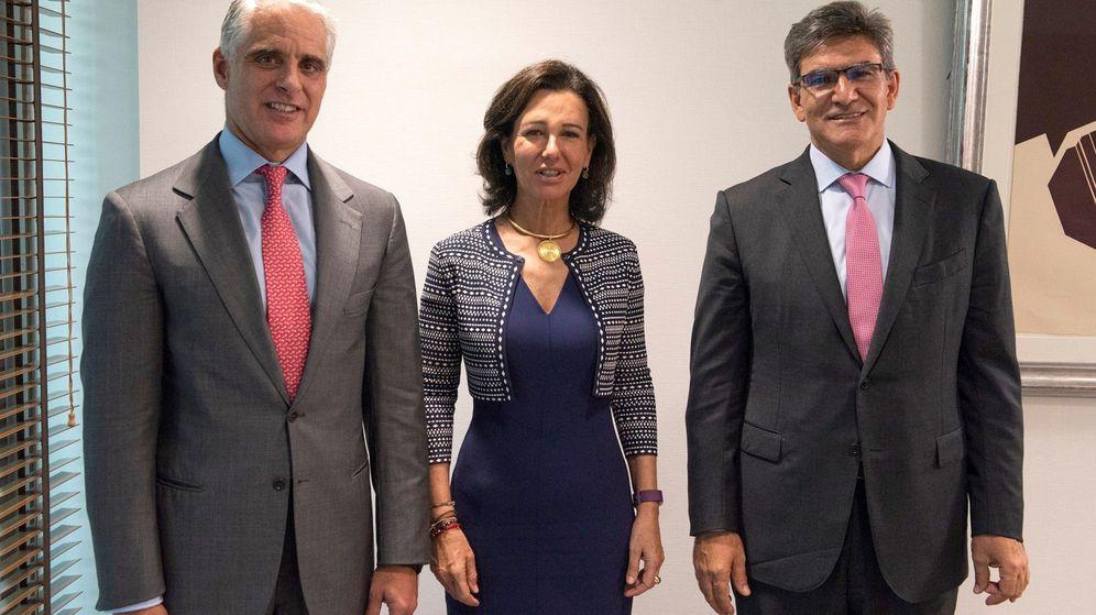 Foto: Andrea Orcel, banquero de UBS (izda.), Ana Botín, presidenta de Santander, y José Antonio Álvarez, CEO del banco. (EFE)