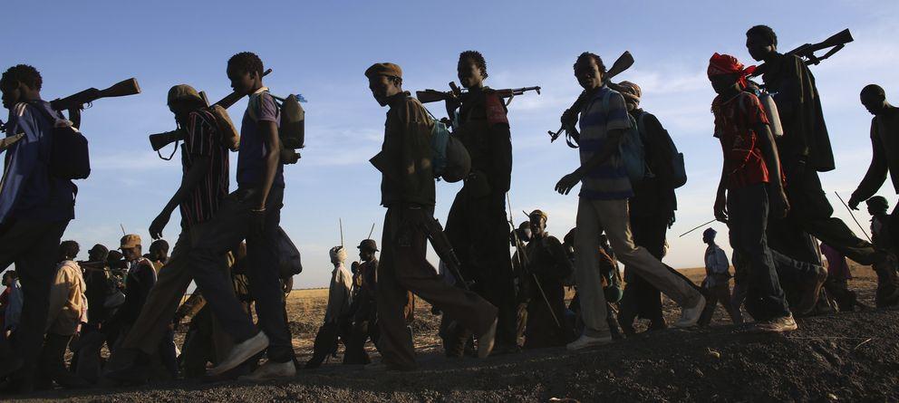 Foto: Combatientes rebeldes caminan por un territorio en su poder en el Nilo Alto, Sudán del Sur, a mediados de febrero. (Reuters)
