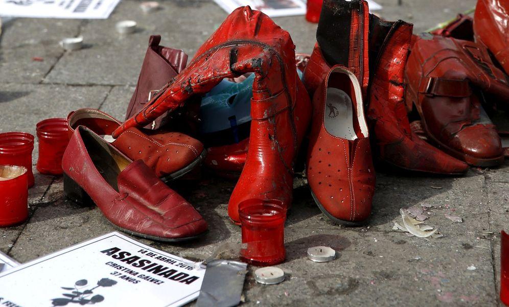 Foto: Zapatos y carteles en la acampada contra la violencia machista en la Puerta del Sol el pasado marzo. (EFE)