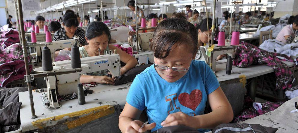Foto: Varias mujeres trabajan en una fábrica textil en China. (Efe)