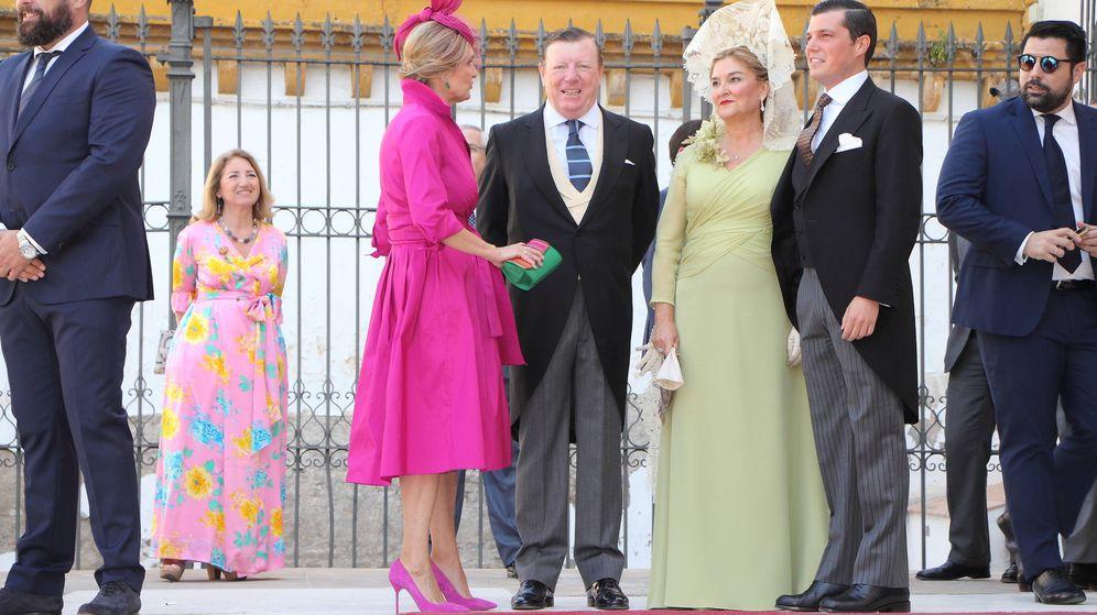 Foto: César Cadaval junto a su mujer y su hijo César en la boda de este. (Lagencia Grosby)