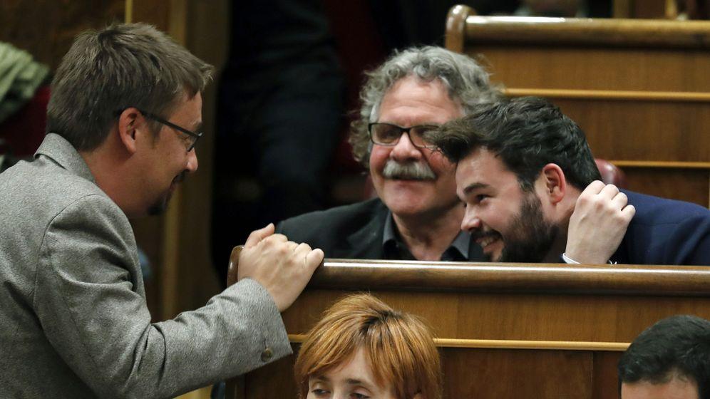 Foto: El portavoz de los 'comuns' en el Congreso, Xavier Doménech, conversa con el portavoz parlamentario de ERC, Joan Tardà, y el diputado Gabriel Rufián. (EFE)
