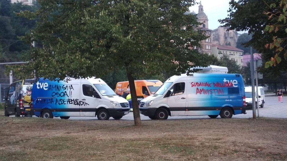 Atacan diez vehículos de la Vuelta a España con pintadas en favor de los presos de ETA
