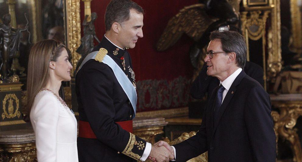 Foto: Los Reyes Felipe VI y Letizia saludan al presidente de la Generalitat de Cataluña, Artur Mas (Efe)