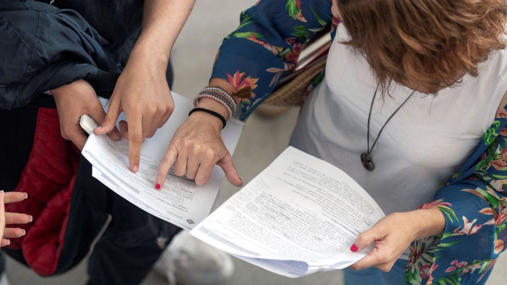 Foto: Alumnos comparan exámenes en la Selectividad 2018 | EFE