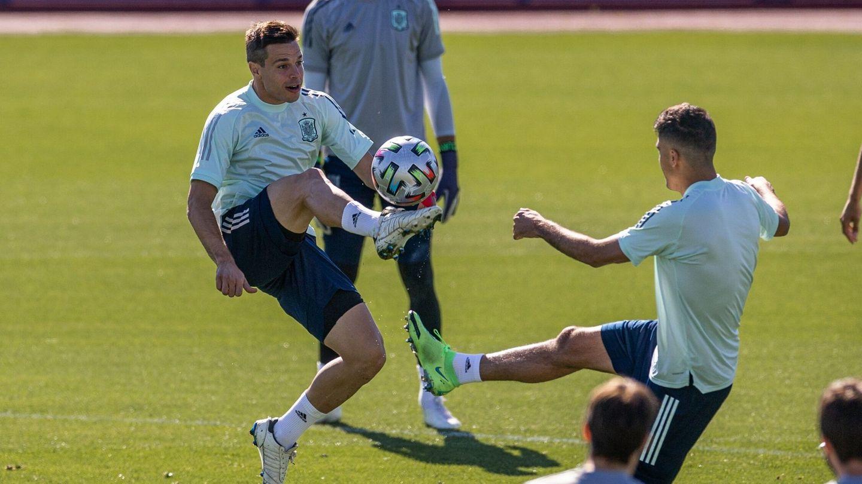 Azpilicueta disputa un balón en el último entrenamiento de la Selección en Las Rozas. (EFE)