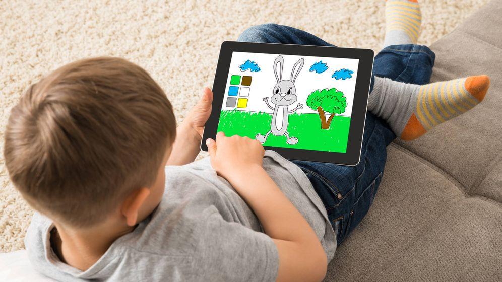 Foto: Un niño juega con una tableta. (iStock)