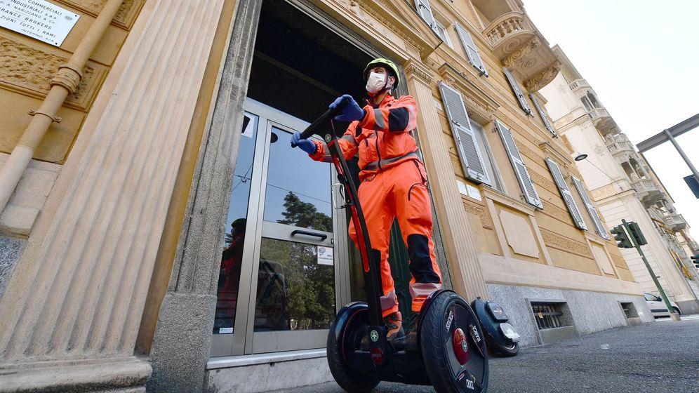 Foto: Un voluntario de la Cruz Blanca utiliza un 'segway', el pasado abril en Génova, Italia. (EFE)