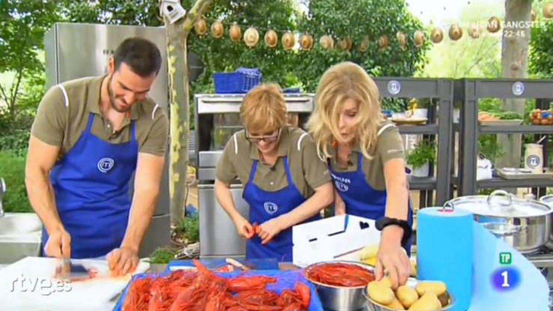 Los tres concursantes de 'MasterChef Celebrity' luchan por ganar una prueba.