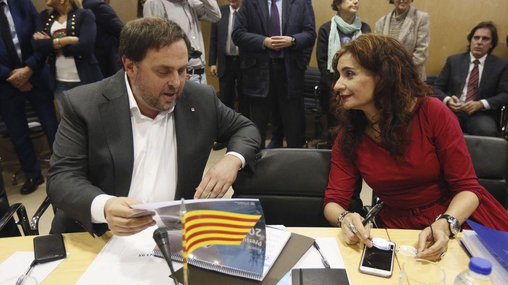 Foto: La nueva ministra de Hacienda, María Jesús Montero, dialoga con el exvicepresidente de la Generalitat Oriol Junqueras. (EFE)