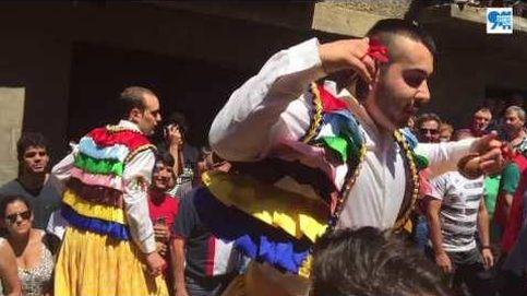 Los danzadores de Anguiano realizan la tradicional bajada con zancos