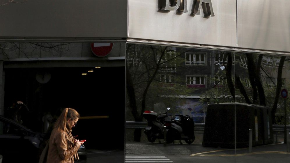Foto: A woman looks at her mobile phone as she walks past a BPA office in Andorra la Vella