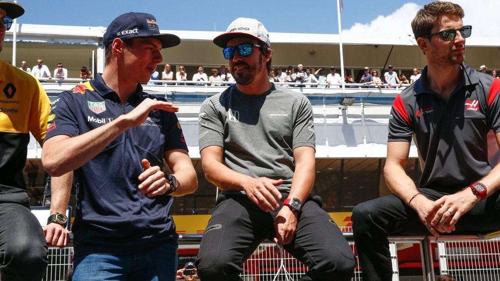 Foto: Verstappen y Alonso, durante el GP de España en 2017. (Cordon Press)
