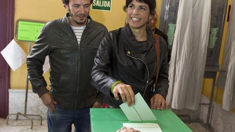 Teresa Rodríguez acude a votar junto a su pareja