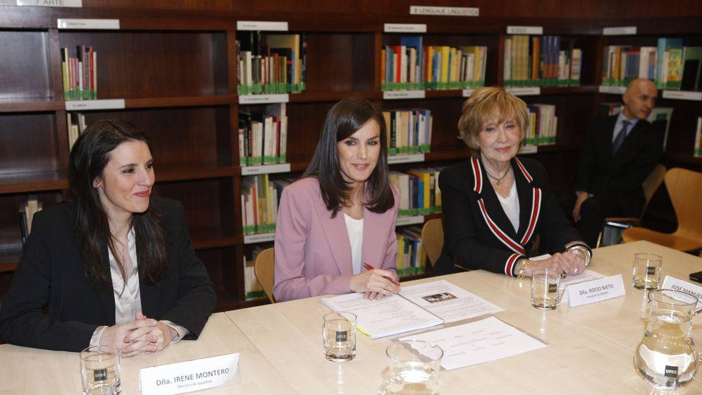 Foto: La reina Letizia e Irene Montero, en la reunión. (LP)