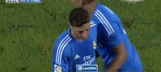 Foto: Ozil siendo sustituido en Los Cármenes.