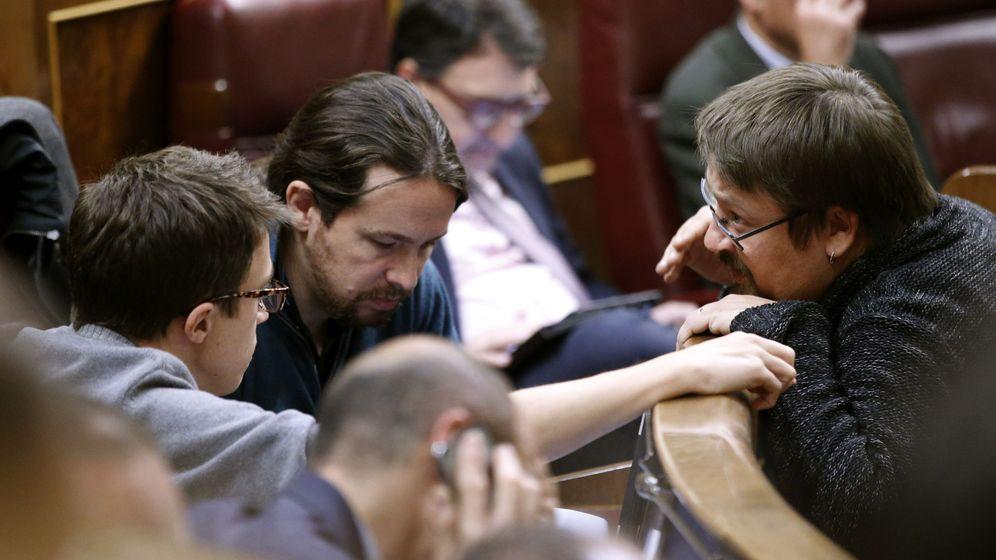 Foto: El portavoz de En Comú Podem en el Congreso, Xavier Domènech, conversa con el líder de Podemos, Pablo Iglesias,, y el portavoz parlamentario de la formación, Íñigo Errejón. (EFE)