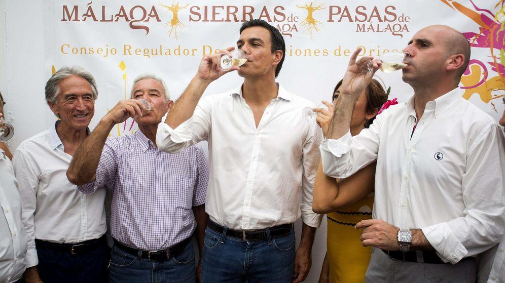 Foto: El secretario general del PSOE, Pedro Sánchez (c), junto al secretario de Política Institucional del PSOE de Andalucía, Francisco Conejo. (EFE)
