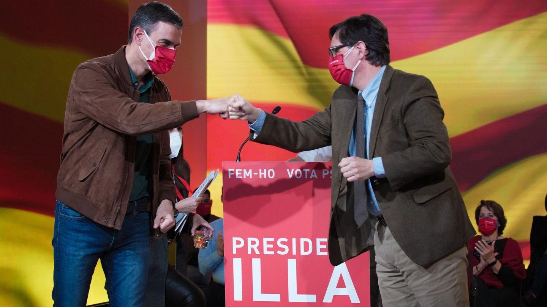 El presidente del Gobierno, Pedro Sánchez, saluda al candidato del PSC, Salvador Illa. (EFE)