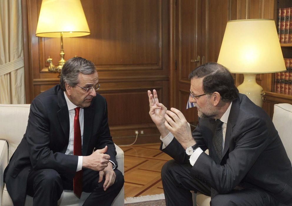 Foto: El presidente del Gobierno español, Mariano Rajoy (d), conversa con el primer ministro griego, Andonis Samarás, durante la reunión que celebraron en el Palacio Presidencial de Atenas (Grecia) (Efe)