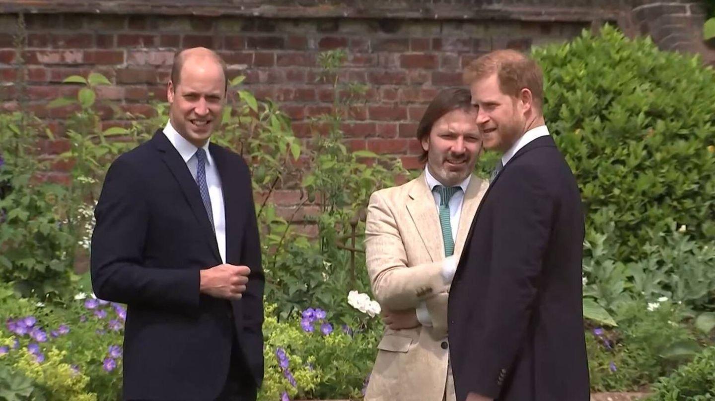 Guillermo y Harry, antes de descubrir la estatua de Diana. (PA)