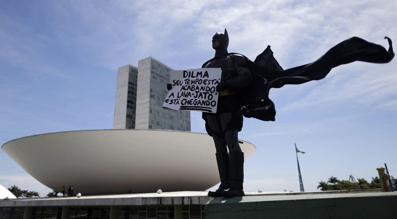 Foto: Un opositor disfrazado protesta por la corrupción en el país en la ciudad de Brasilia, el 1 de febrero de 2015. (Reuters)