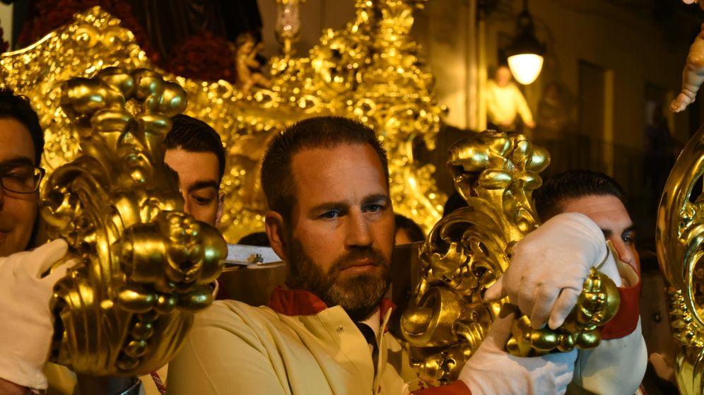 Foto:  Sander Klomp porta el Cristo de la Sangre de Málaga. Fotos: Agustín Rivera