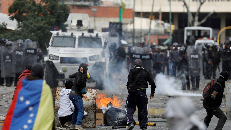 Manifestantes se enfrentan a la policía venezolana en Caracas, el 23 de enero de 2019. (Reuters)