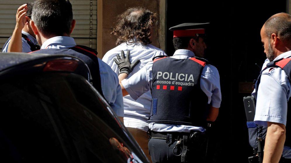 Foto: Los Mossos d'Esquadra trasladan al hombre que han detenido por su supuesta relación con la desaparición de su expareja en Terrassa (Barcelona), a la vivienda que ambos compartían. (EFE)