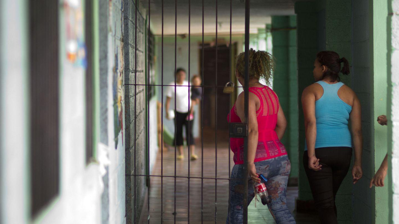 Imagen de archivo de dos reclusas en el Centro Femenino de Adaptación Social de Honduras, en el norte. (EFE)