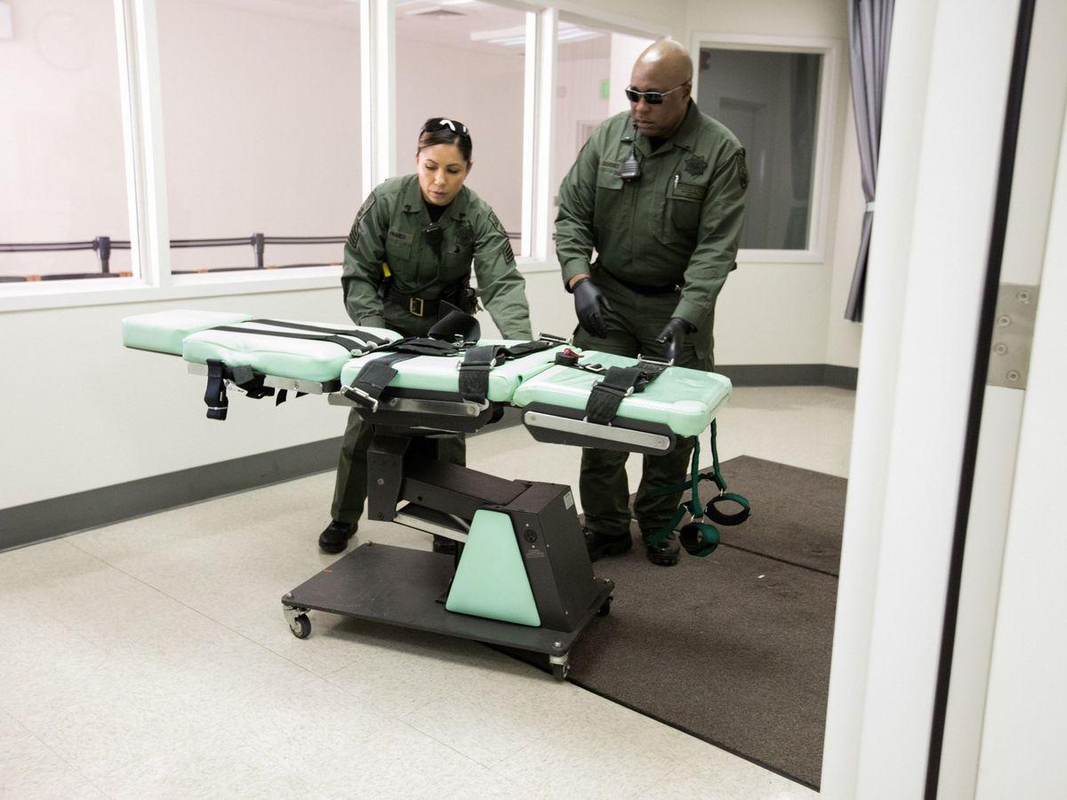 Foto: Unos operarios preparan una camilla para una ejecución en EEUU. (EFE)